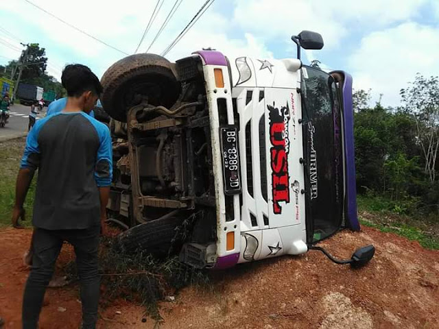Hindari Tabrakan, Truck Pengangkut Batu Bara Terbalik