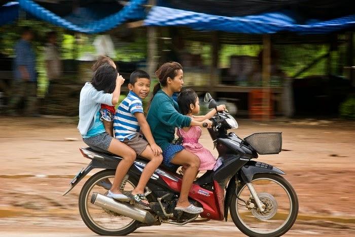 Таиланд скутер мама дети