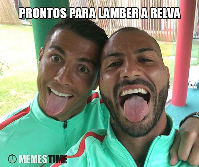 Meme Selfie de Ricardo Quaresma e Cristiano Ronaldo – Prontos para Lamber a Relva