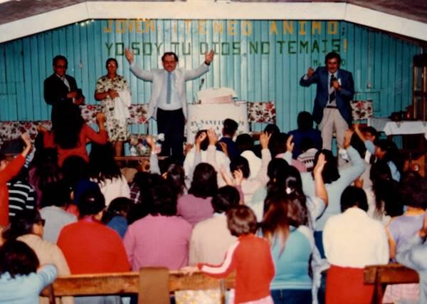 Pastor Cesino em um culto missionário