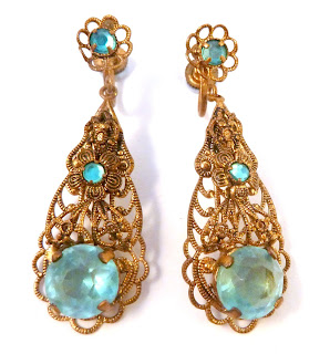 https://www.kcavintagegems.uk/vintage-filigree-floral-design-and-blue-rhinestone--screw-back-earrings-7173-p.asp