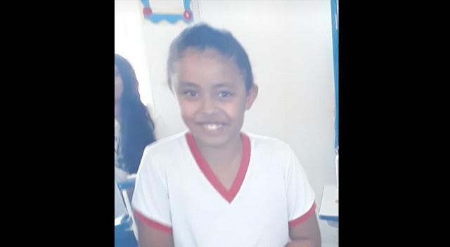 Criança de 8 anos morre após colocar cabeça para fora de van em movimento e colidir contra porteira