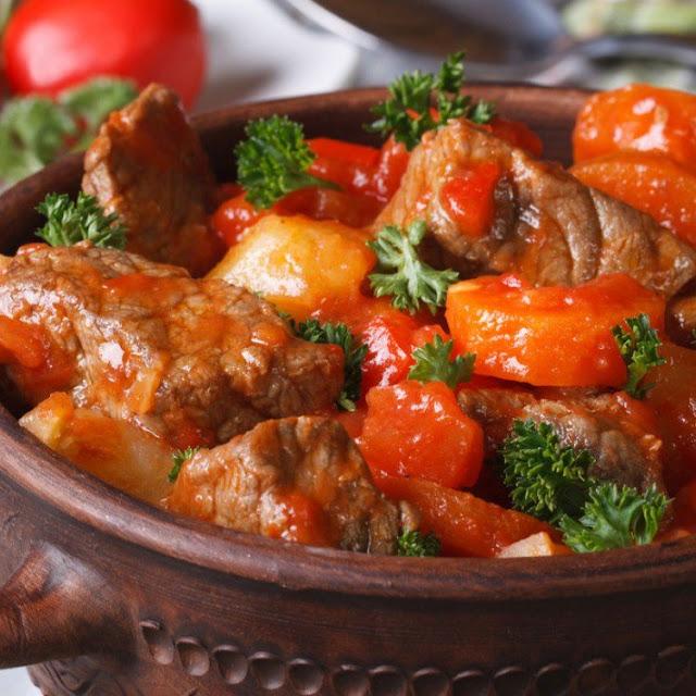 صاجية اللحم بالطماطم