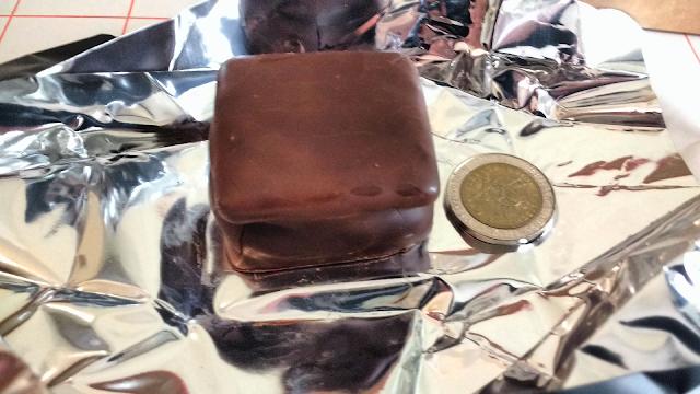 comparacion tamaño alfajor Tatakua moneda