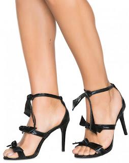 Tendência sandalia salto fino lacos preto