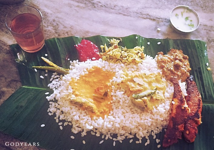 What do you get at traditional Kerala roadside restaurants for a full meal?