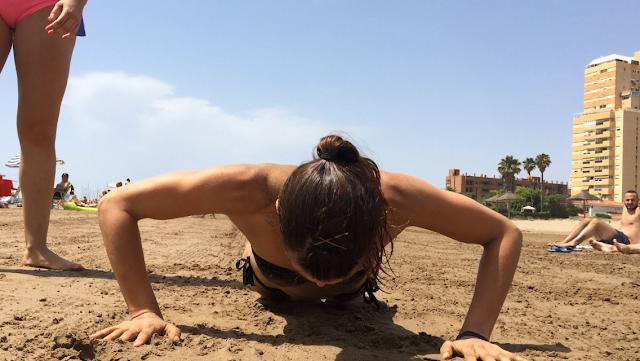 Mamen Realizando push ups en la playa, en Valencia