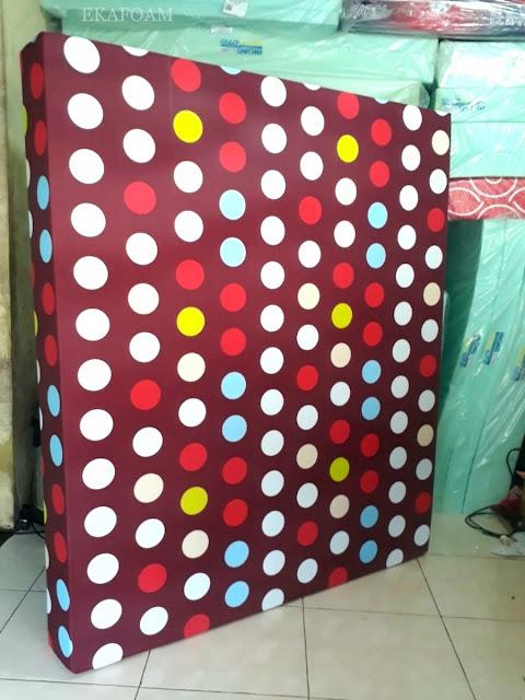 Kasur inoac motif buble coklat atau polkadot coklat