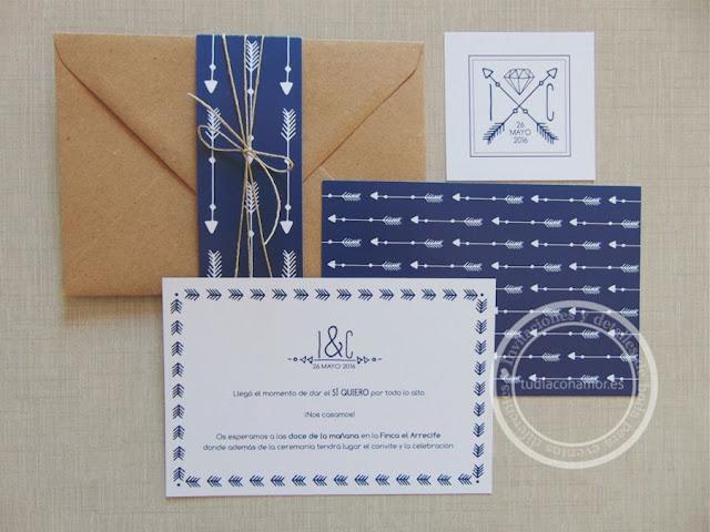 Invitación con estampado de flechas de estilo étnico ideal para una boda ibicenca