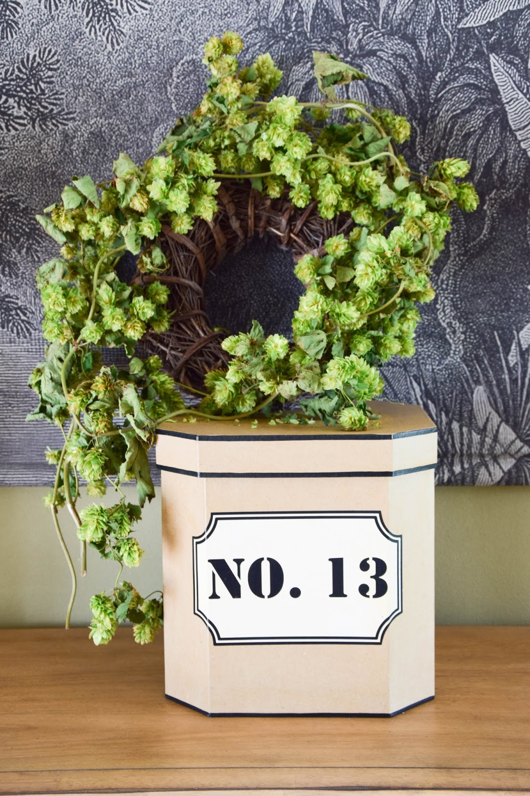 Deko mit Hopfen. Herbstdeko für die Konsole, Sideboard, Wohnzimmer mit getrocknetem Hopfen, Kranz, Hopfenkranz, herbstliche Deko