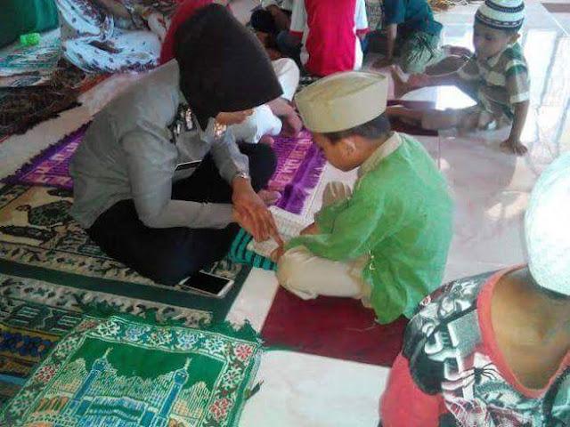 Bripda Salmiati isi Waktu Diluar Dinas Dengan Mengajar Mengaji Di Bulan Penuh Berkah Ramadhan