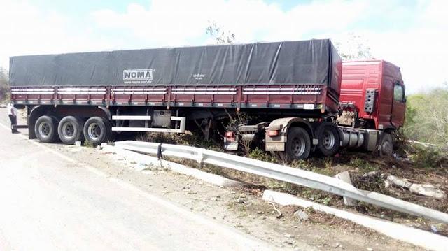 Em Delmiro Gouveia, motorista de carreta sofre acidente após desviar de animal na AL-220