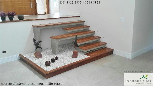 Degrau de escada com tacos de madeira