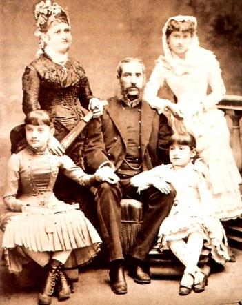 Foto de Antonia Moreno de Cáceres con su esposo e hijas