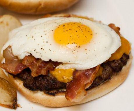 Lekker hamburger recept met spiegelei, spek, rundsgehakt, je favoriete kaas, tomaat, sla, augurk en uienconfituur