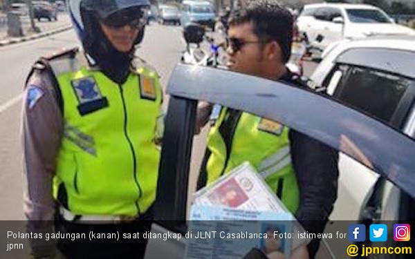 Polisi Gadungan Hukum Pelanggar Lalu Lintas Push-up