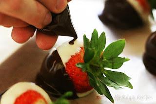 клубника, клубника в шоколаде, шоколад, глазурь, ягоды, десерты ягодные, десерты клубничные, ягоды в глазури, десерты, сладости, глазурь шоколадная, блюда из клубники рецепты на день Влюбленных, клубника на День влюбленных, День влюбленных, клубника в корсете, эротические блюда,