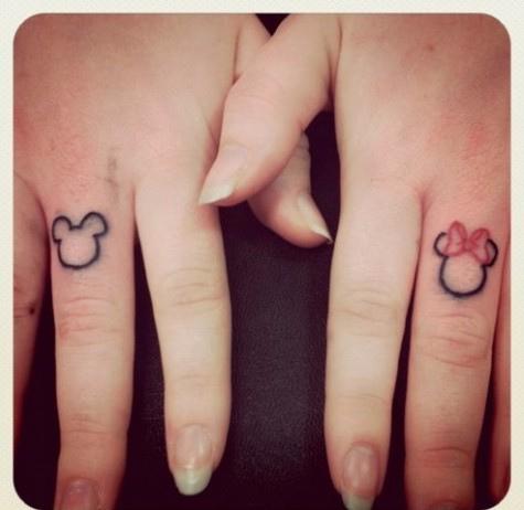 Hình xăm đôi ở ngón tay