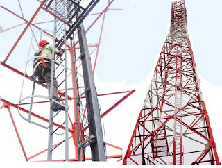 Pekerja memanjat Tower yang sangat tinggi