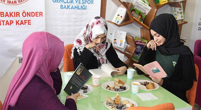Diyarbakır'da kız öğrencilere yönelik açılan kitap kafe yoğun ilgi görüyor