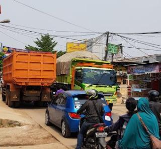 Diakibatkan Truk-Truk Tanah Melintas, Jalan Raya Bosih - Cibitung Macet Total