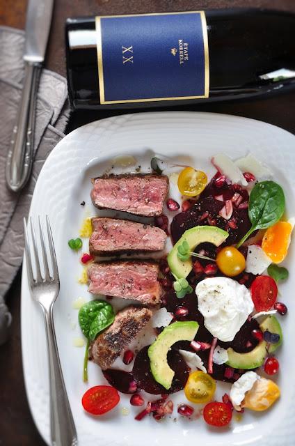 Salat mit Roter Bete, Avocado, pochiertem Ei, Rumpsteak und Etape Riesling