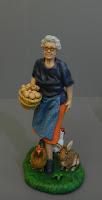 statuetta presepe pastorella signora anziana con animali orme magiche