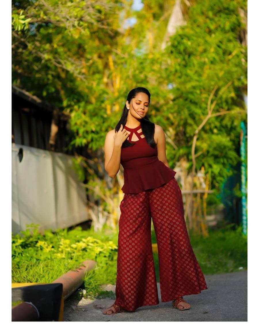 Indian TV Anchor Anasuya In Sleeveless maroon Top