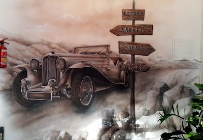 Malowanie auta retro na ścianie, obraz w sepii, malowidło ścienne w kolorystyce ciepłej sepii