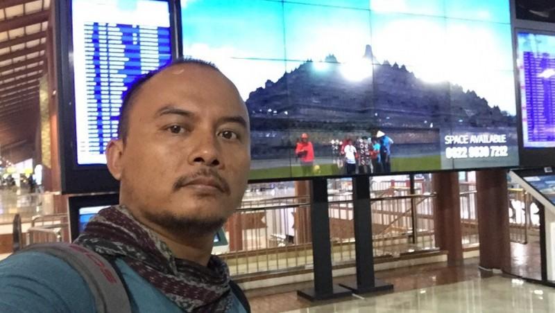 Sutiknyo berpose dengan video karyanya dicolong di Bandara Soekarno-Hatta