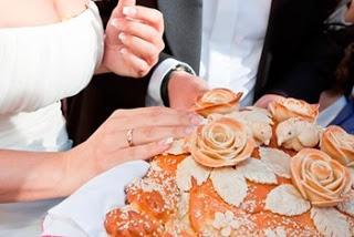 как резать свадебный каравайеда, застолье, застолье свадебное, каравай, праздничный стол на свадьбу, приметы и суеверия, приметы народные, приметы про еду, приметы про каравай, приметы свадебные, свадьба, торт, торт свадебный, хлеб, приметы про торт, мудрость народная, суеверия, суеверия свадебные, традиции свадебные, обряды, бракосочетание, трапеза сважебная, про свадьбу, про приметы, про суеверия, жених, невеста, молодожены, гости, семья, Праздничный мир,