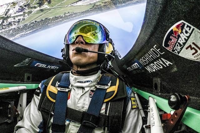 Ein Pilot im Flieger, überkopf.