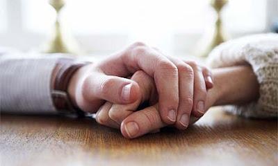memegang tangan pasangan halal