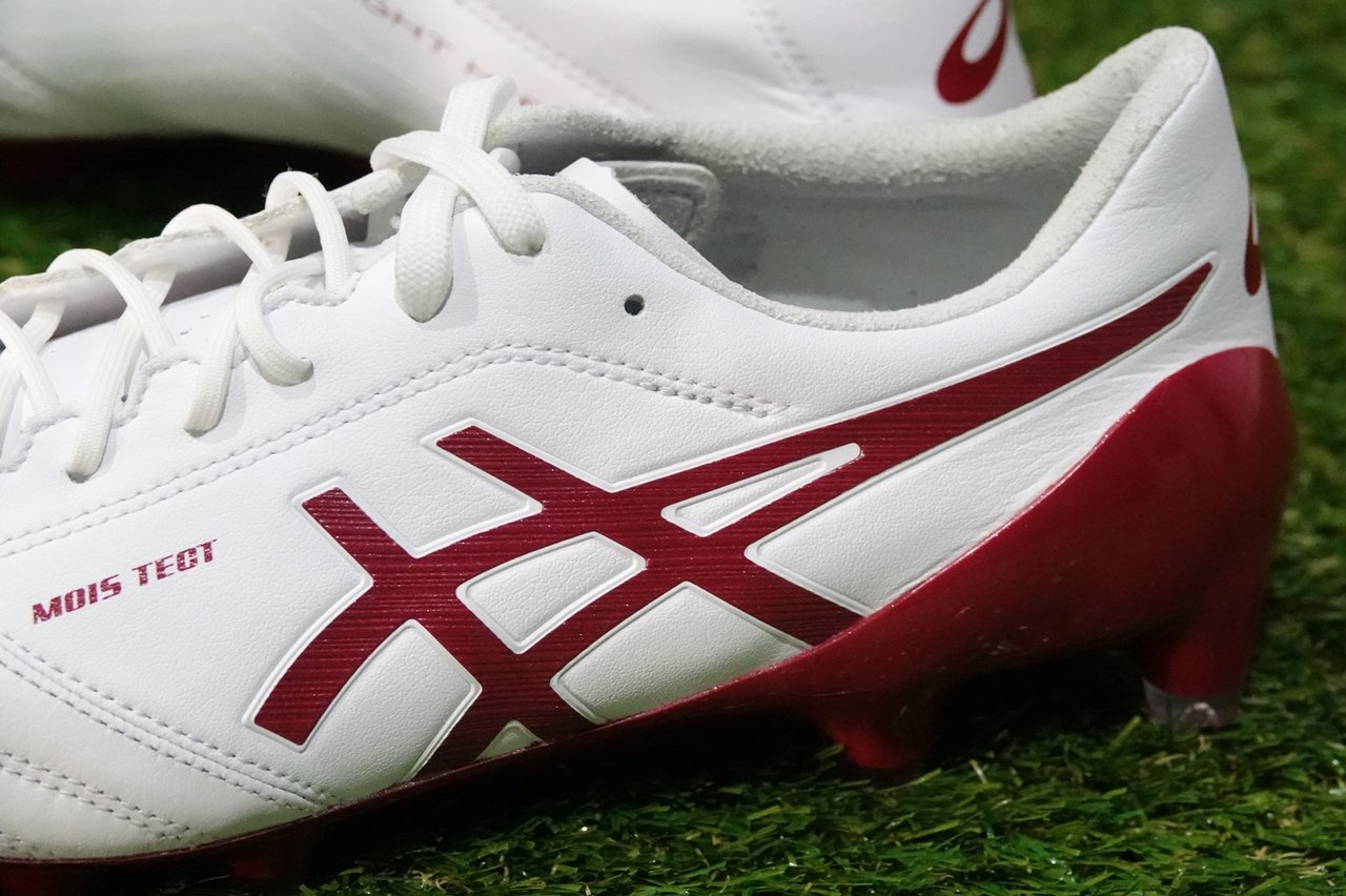 ... authentic the asics ds light x fly 4 cleats feature an external heel  counter for better 29ff9cfaa8f