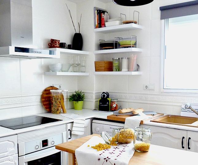cocina blanca con estantes a la vista