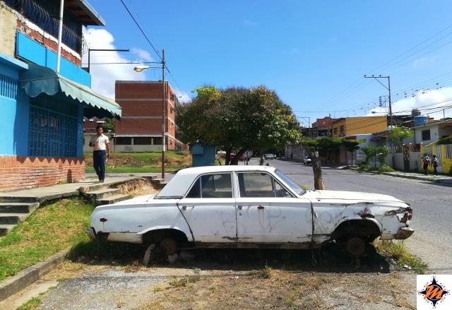 Venezuela. Una delle tante auto abbandonate