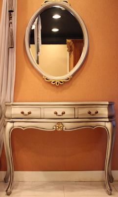 meja rias silver kombinasi warna emas