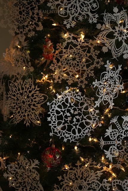 Christmas, tree, snowflakes, noel, navidad, natale, snow, paper, ornaments, 2016, Christ, angel, star, decorations, decor, deco, interior, interiores, house, home, casa, season, holiday, handmade, art, arte, lights, Christmastime, decoration, diy, weinachten, cut-paper, medallions, handwork, Sarah, Myers, detail, lacy, delicate, close-up, snowfall, photography