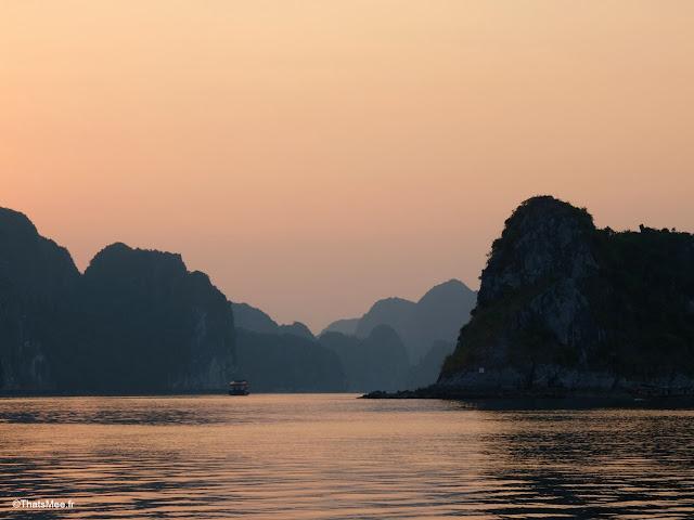 crepuscule baie halong voyage vietnam tour bateau par cat ba, mer montagne paysage vietnam