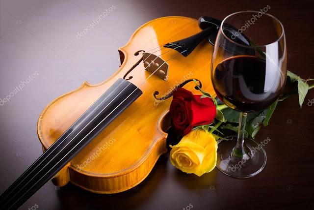 um violino uma rosa amarela e uma taça de vinho juntos