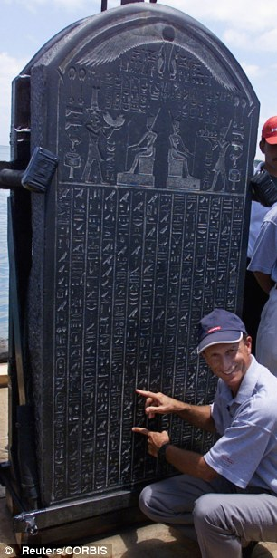 Frank Goddio dan salah satu batu prasasti yang ditemukan di Heracleion