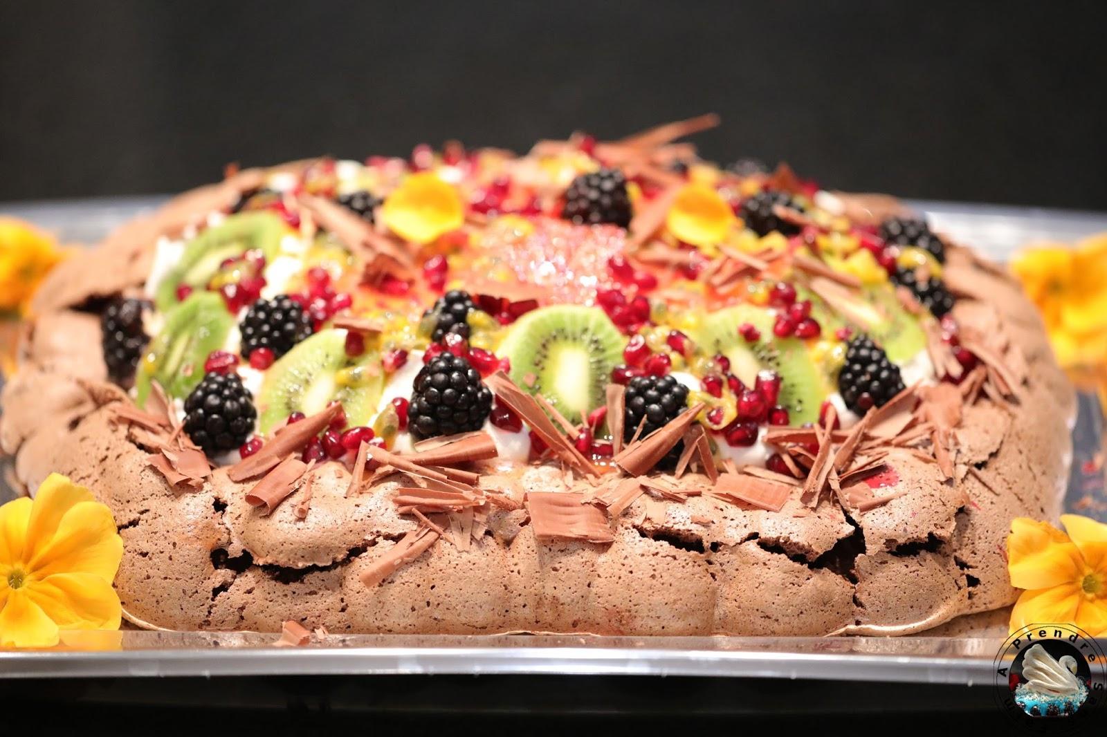 Pavlova au chocolat et aux fruits