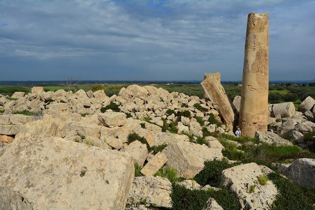 Une unique colonne surgit de l'amas de pierres...