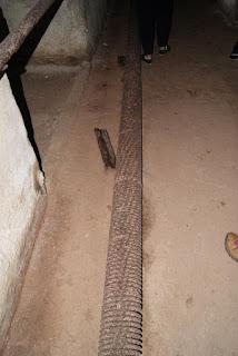 Ein altes Heizungsrohr liegt am Boden