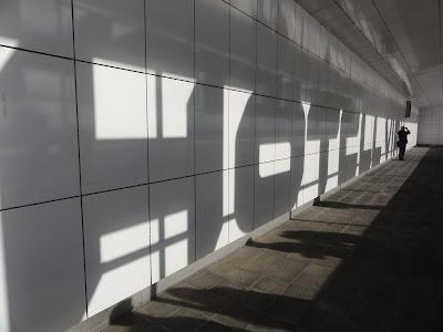 Skygge av hotellskiltet mot veggen med teksten Hotel Viru.