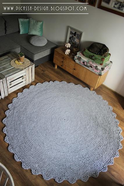 Szary szydełkowy dywan