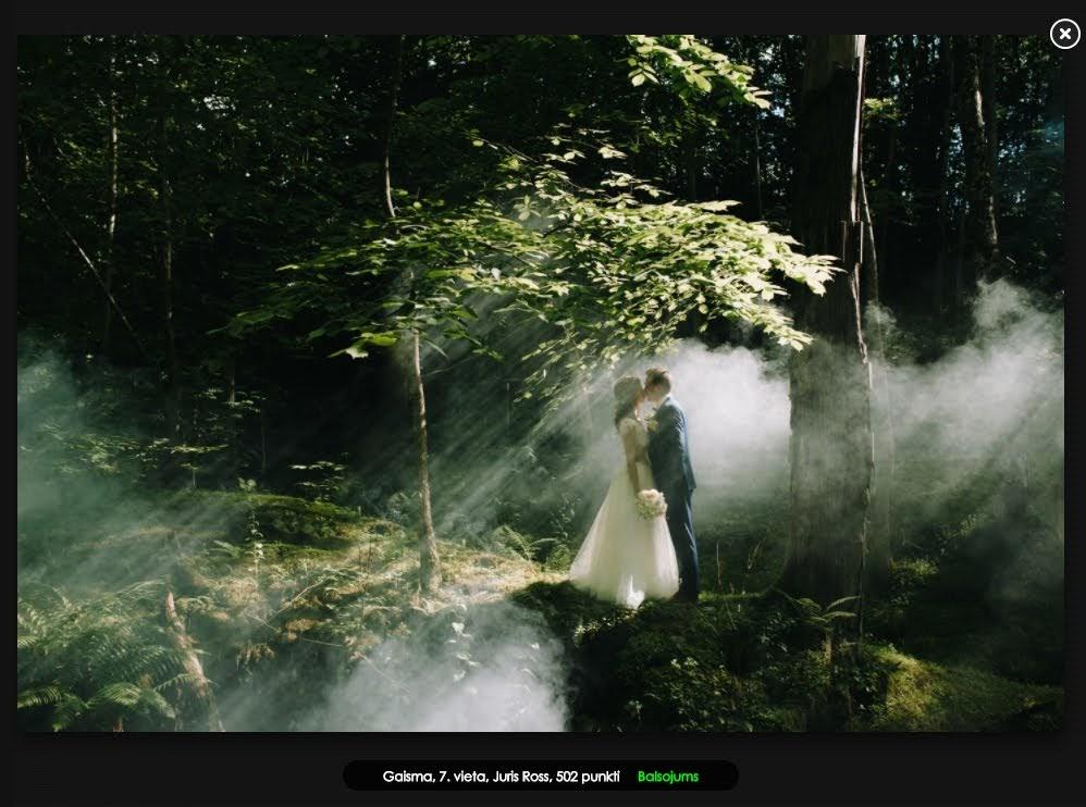 kāzu fotosesija mežā ar dūmiem
