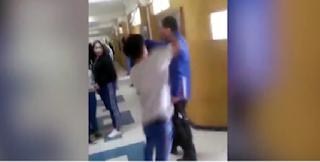 Μαθητής έριξε μπουνιά στον καθηγητή του έξω από την τάξη - BINTEO