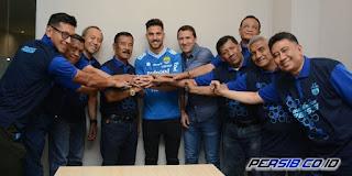 PERSIB seperti diberitakan situs persib.co.id telah secara resmi merekrut penyerang asal Argentina, Jonathan Jesus Bauman. pemain yang akrab disapa Joni itu sudah tiba di Bandung, didampingi sang agen, Alejandro de Bartolo, Sabtu 17 Maret 2018.