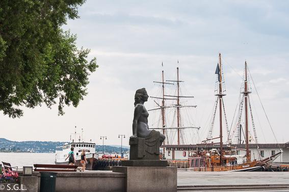 Estatua mujer puerto de Oslo. Noruega